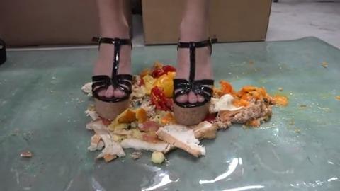 【動画】サンダルでフルーツやパンを踏み潰して混ぜる!1