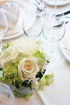 バラとアジサイのホワイトグリーンの装花