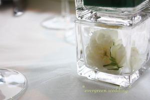 """バラ""""グリーンアイス""""と新緑の装花"""