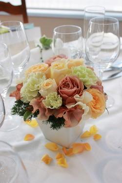 バラ「カフェラテ」を使った初春の装花3