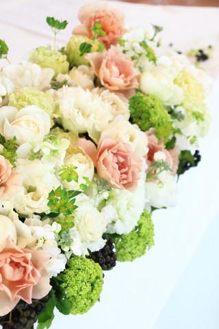 白とグリーンを中心に、茶系のバラ\u201dジュリア\u201dを使った、ちょっとシックな装花です。 黒い実物はヘデラベリー。