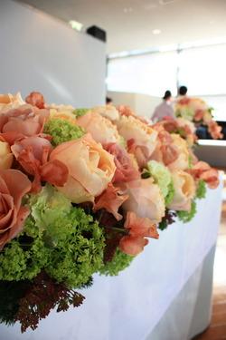 バラ「カフェラテ」を使った初春の装花4
