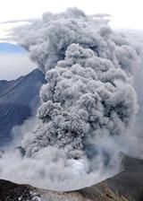 激しく噴煙を上げ、活発な噴火活動を続ける新燃岳