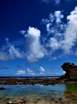 沖縄が「半分好き/半分嫌い」な沖縄人