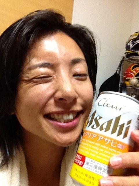 ビールで嬉しそうな片岡安祐美