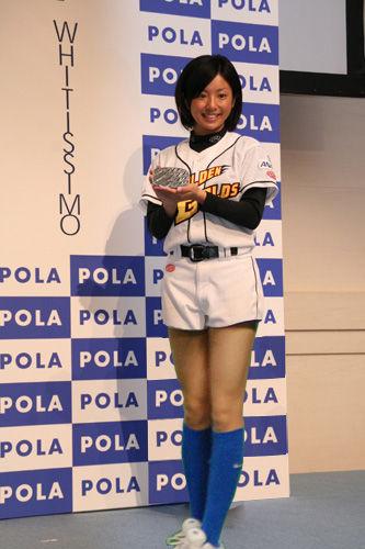 ユニフォーム姿で化粧品の宣伝を務める片岡安祐美