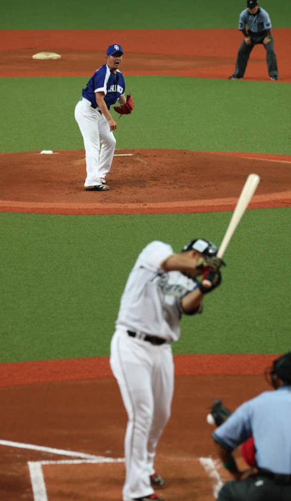 中田翔、左肘の打撲で第2戦は欠場見込み「力が入らない」