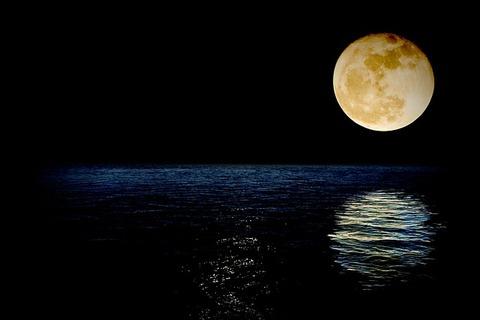 luna-1826849_640