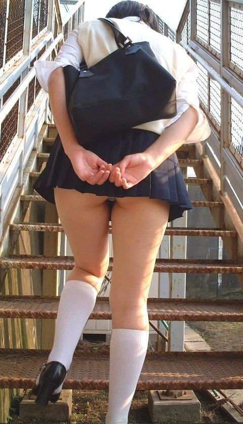【画像】ミニスカJKが階段でスカートを抑えてパンチラを防ぐ理由wwwwwwwwwww