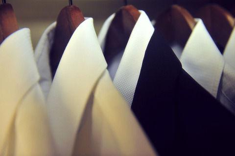 仕事年収 - 紳士服バイヤー「半袖シャツはドレスコード違反」「海外の社会人は真夏であろうがネクタイを締めスーツを着用している」