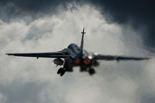 雲をすり抜ける戦闘機