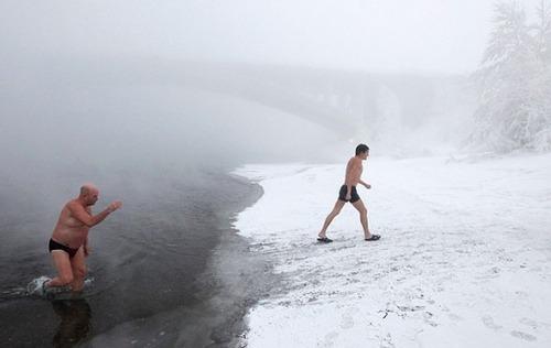 winter-swimming-Russia6-550x348