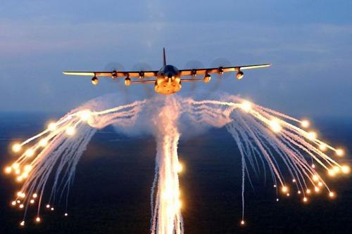 爆弾を投下する戦闘機