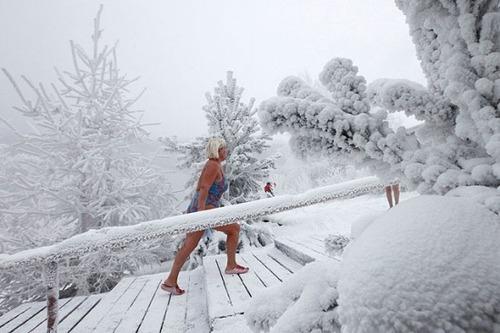 winter-swimming-Russia8-550x366