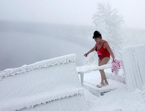 winter-swimming-Russia4-550x421