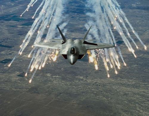 爆撃する戦闘機