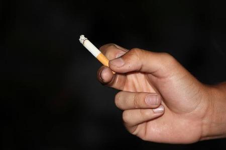 【パチ屋全面禁煙化】4月からはパチ屋の喫煙所に並びが出来るのかな?