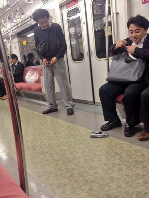 電車でラジコンしててワロタ