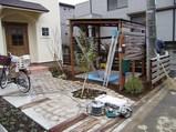 屋根が付きました。もう少しで完成です。(ナチュラル&オーダーメイドの庭・外構ガーデンハーモニー)