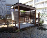 追加の工事(自転車置場)も、もちろん、同素材(自然素材)でそろえ、オーダーメイドです。(ナチュラル&オーダーメイドの庭・外構ガーデンハーモニー)