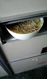 器の外に麺が食み出していた