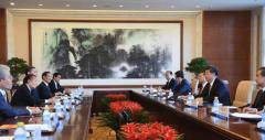 安倍首相特使と向き合って座る中国・習主席 韓国特使と違う…