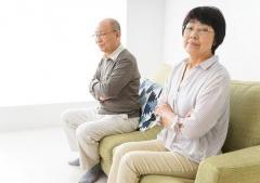 熟年離婚、過酷な現実…年金半額で月5万の例も、高齢期に孤独な生活