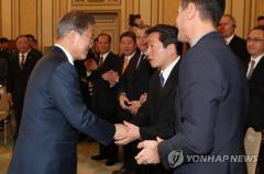 文大統領「経済交流と政治は別」 懇談会で日本企業関係者に