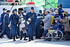 「違法工事やめろ」 市民ら40人が抗議 工事車両142台基地へ