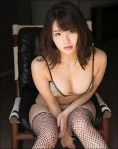 平嶋夏海、網タイツ&食い込むビキニでむっちりボディ公開!