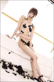 「ほぼ裸!」辰巳シーナ、前代未聞の羽根だけ衣装!