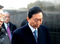 鳩山元首相、韓国の原爆被害者ら1人1人にひざまずき謝罪