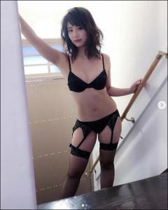 【色気】平嶋夏海、黒ガーター姿で大人の色気!むっちりボディに称賛の声