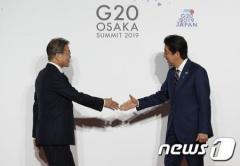 """韓国 文氏、安倍首相と""""握手""""交わしてG20日程をスタート"""