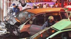 車が猛スピード逆走 多重事故9人搬送 運転の80代男性と妻死亡