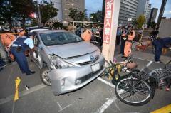 80歳運転の車が4人はねる「アクセルとブレーキを踏み間違え」