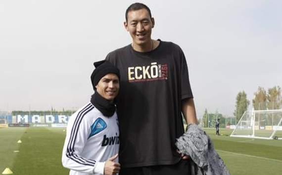 """レアル・マドリードのMFカカ、""""世界で3番目に背の高い人""""と遭遇"""