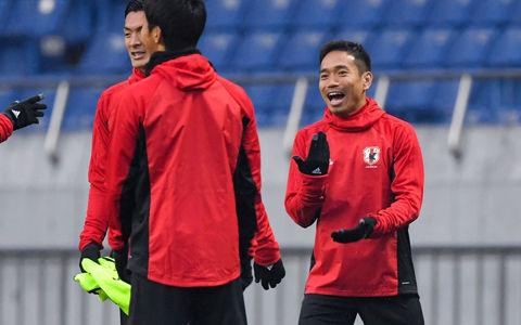 長友、体幹トレーニングを代表メンバーに伝授…本田も「普通じゃない」