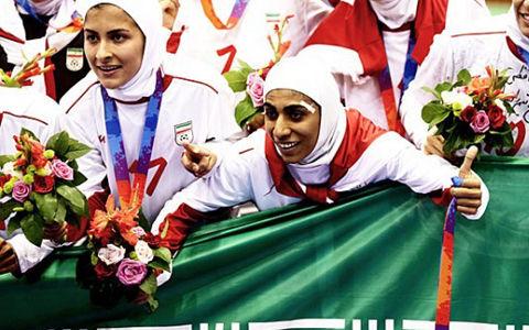 """イラン女子代表で""""男性""""がプレー…疑惑の真相に迫る"""