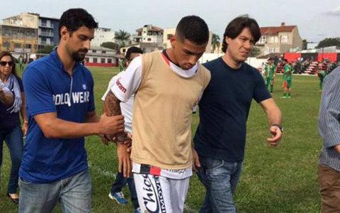 まさかの「試合中に逮捕」…ブラジルのサッカー選手がギャング事件絡みで御用