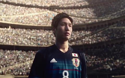サッカーは総力戦だ――。主演は原口、「KIRIN」の新CMを公開