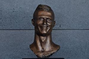 似てなさすぎる! C・ロナウドの銅像が「恐ろしい」と悪い意味で話題に…
