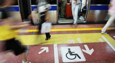 地下鉄と車椅子