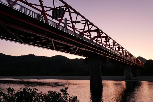 """赤い橋""""でおなじみ。藍川橋の夕景色。 : やまさんがくる"""