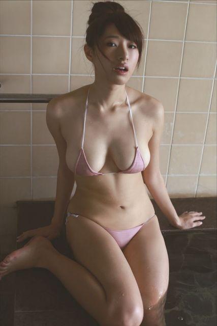 お風呂に足を入れている染谷有香♪