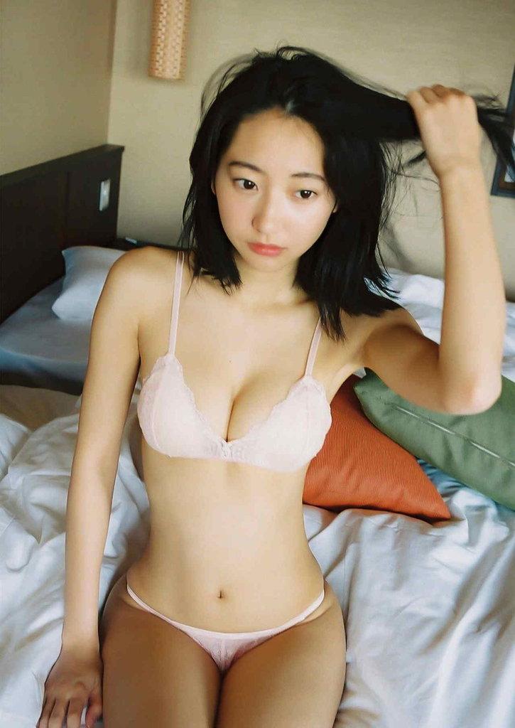 スレンダー美人!!クビレが魅力的過ぎる武田玲奈のグラビア