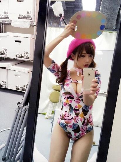 藤田恵名のカラフルな競泳水着?スクール水着?