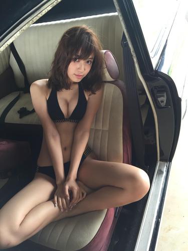 セクシーな黒い水着を身にまとう松本愛の画像
