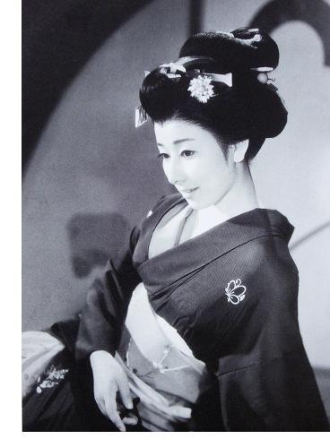 豪華に結われた髪と着物が艶やかな若い頃の山本富士子