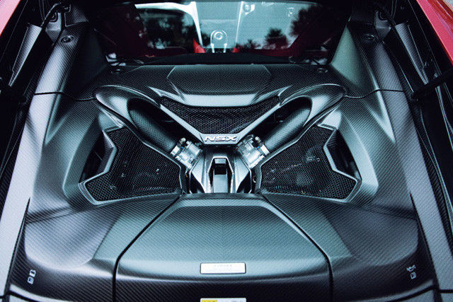 後部は、エンジンと荷室にあてられる。パワーユニットは、モーターと組み合わせた縦置き3.5LV6ツインターボ。音もエンジンも元気ビンビン!